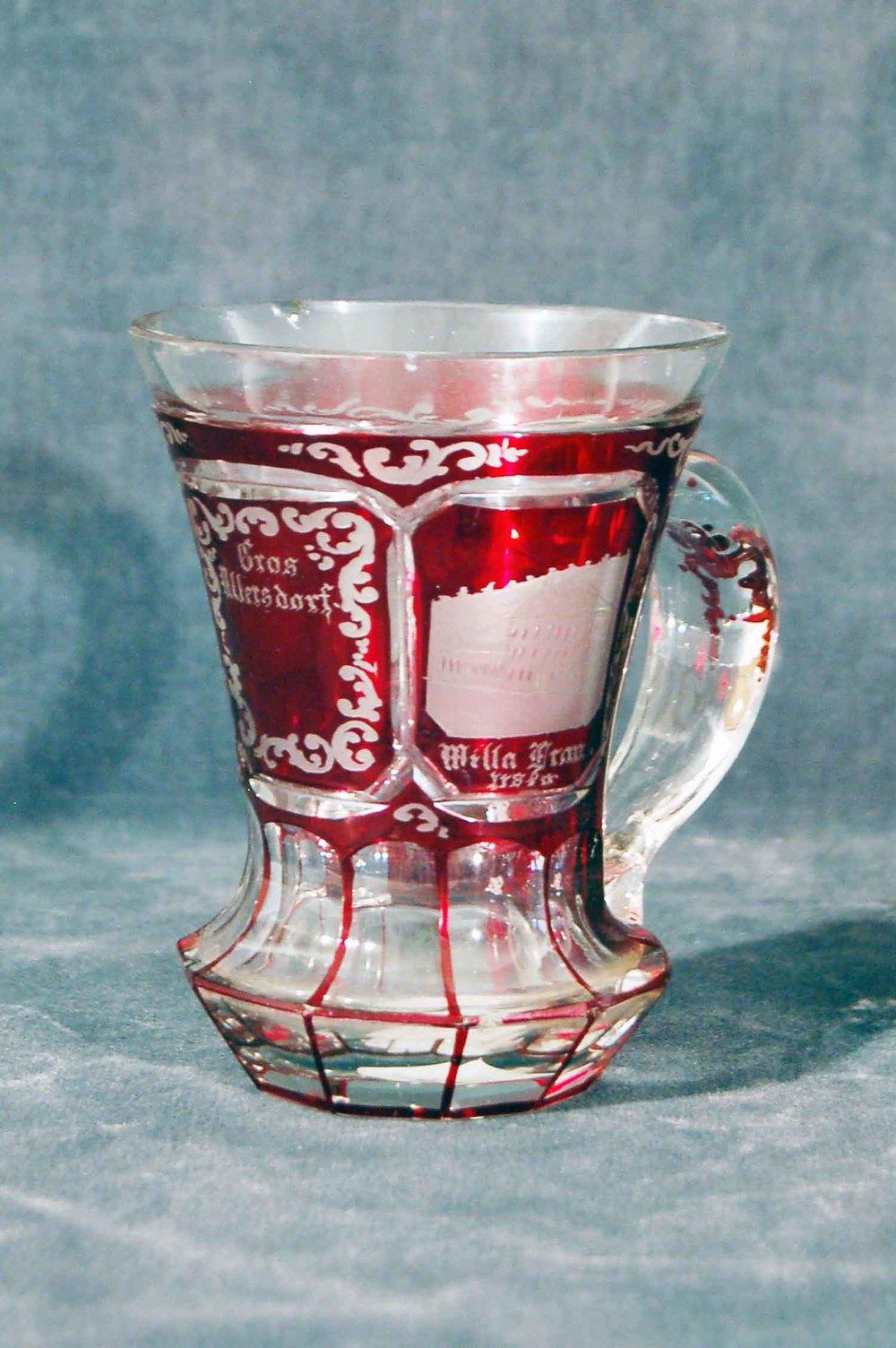 Biedermeier-Henkelbecher; Opal-Glas, roter Glasfaden eingeschmolzen