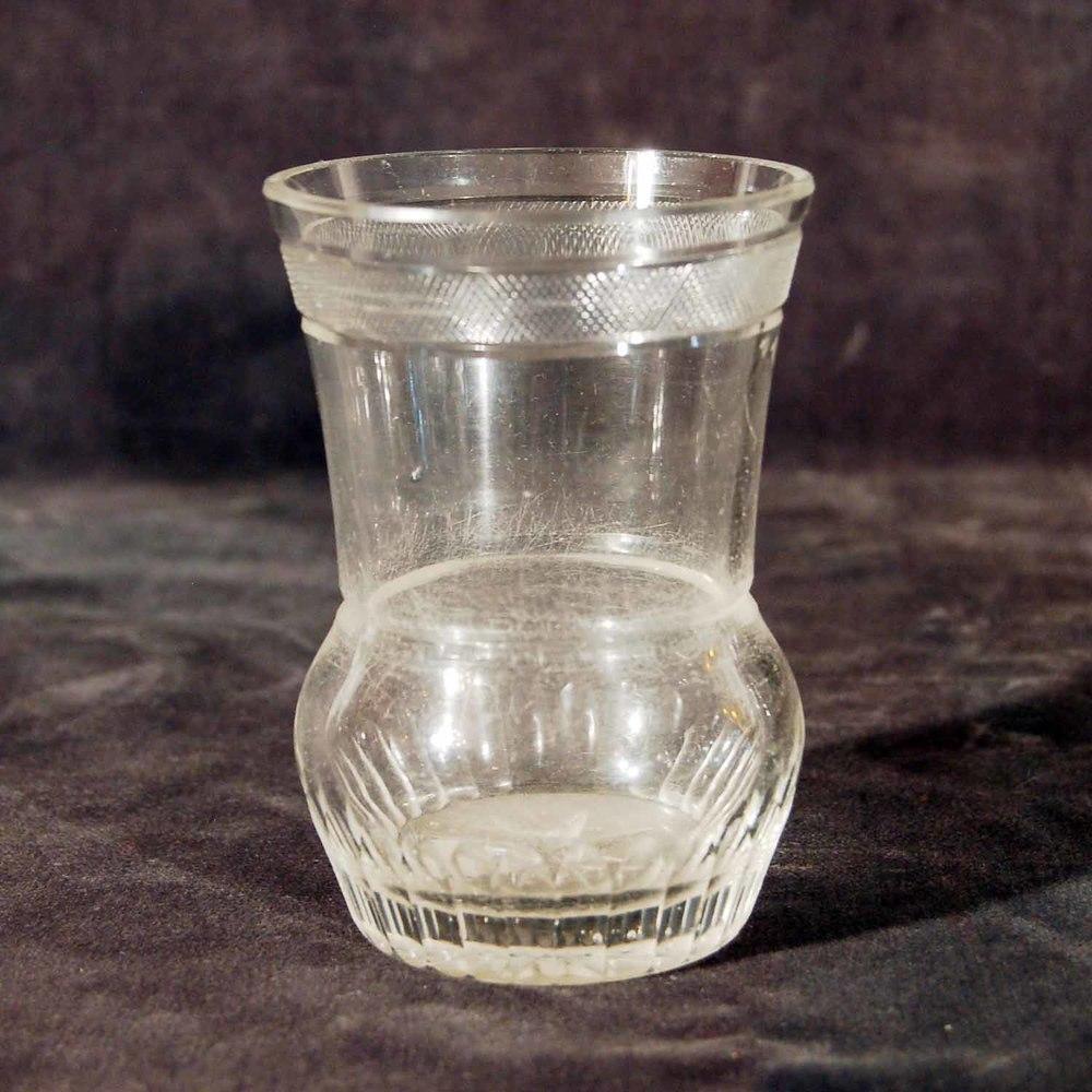 "Biedermeier-Glas, Rankenschliff, ""Rändelmotiv"", Höhe ca. 10,5cm"