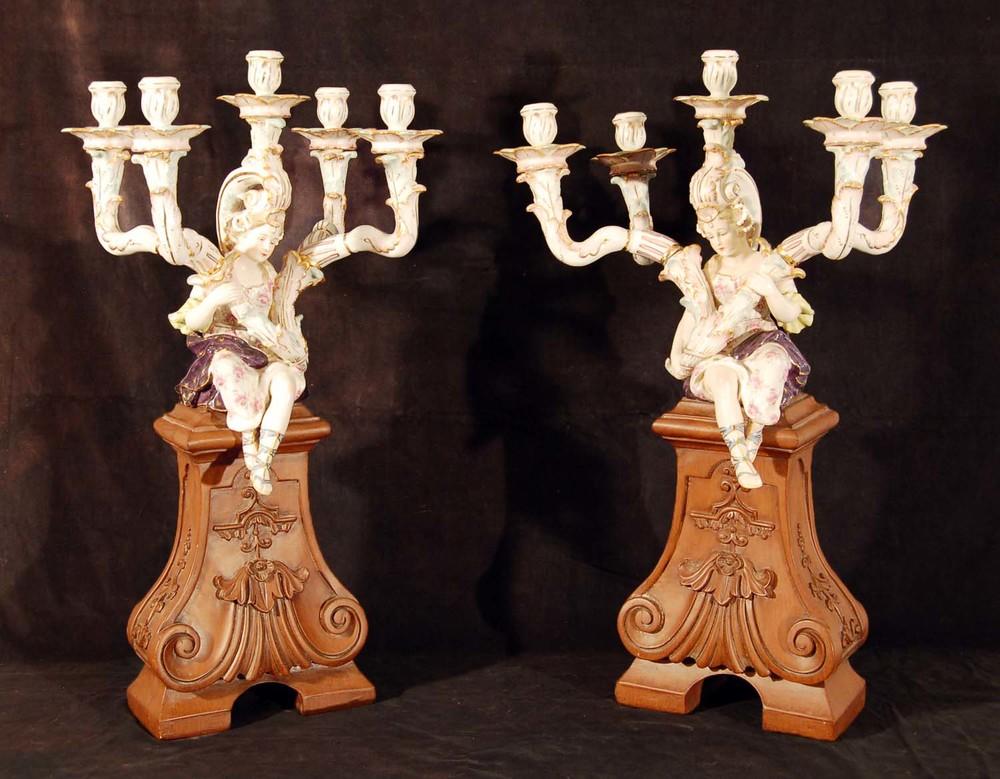 2 Prunkkandelaber, Porzellan auf Holzsockel, wohl Frankreich 19. Jh, bemalt und vergoldet, Höhe ca. 67cm