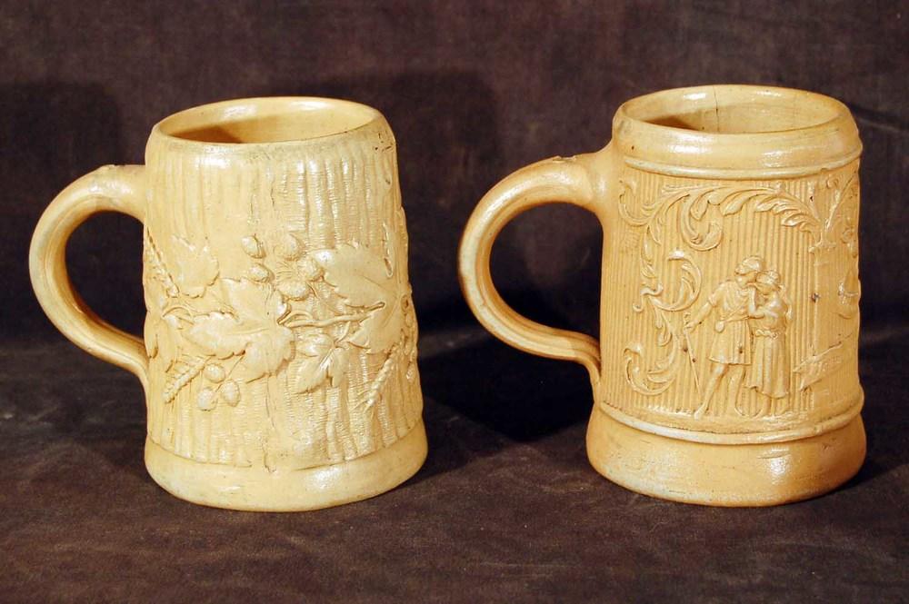"""Tonkrüge sogenannte """"Regensburger"""" aus 3 teiligen Holzmodeln mit verschiedenen Szenen, Höhe ca. 13cm, 18./19.Jh"""