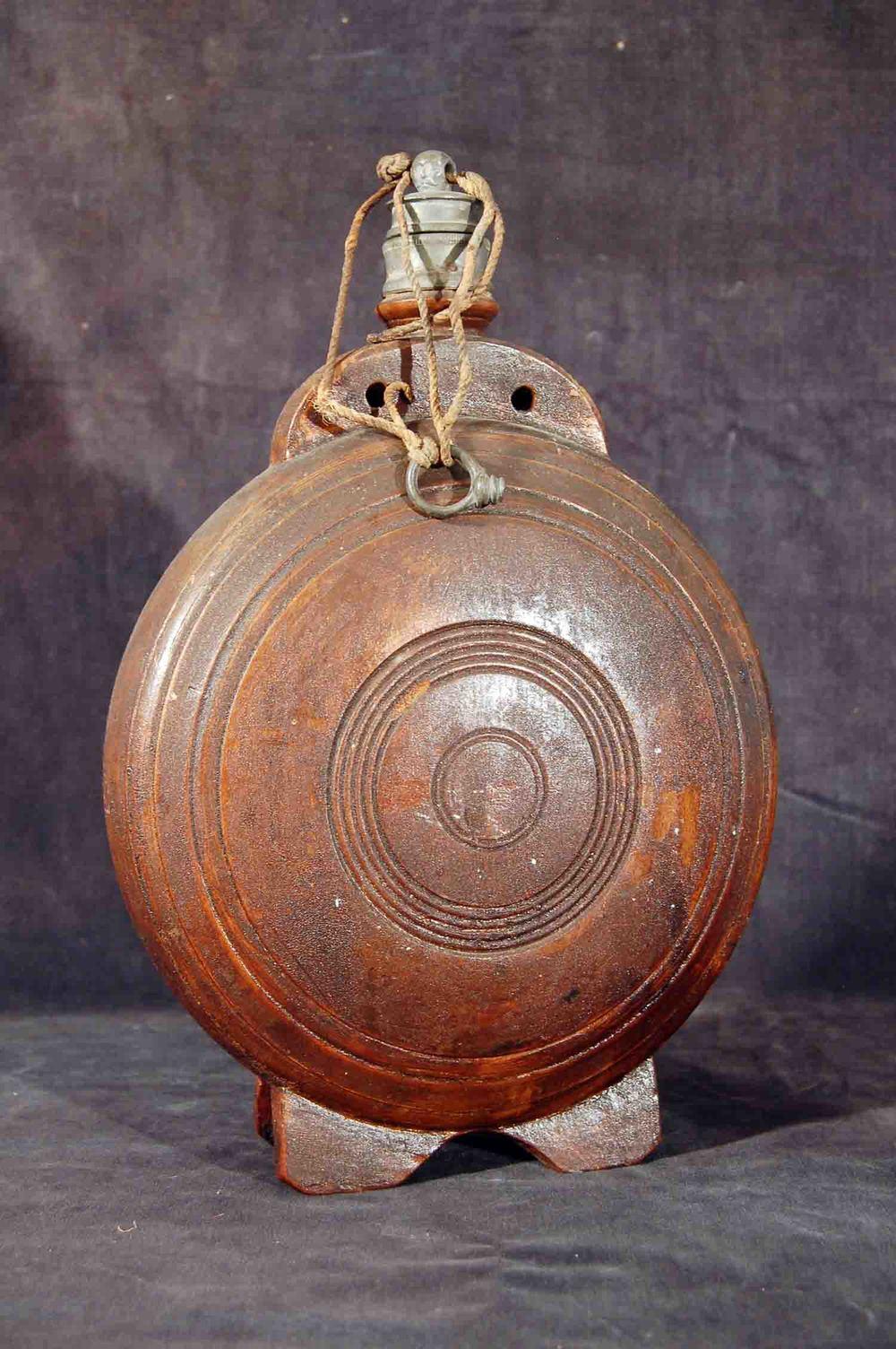 Holz-Wasserflasche mit Zinnmontierung und Standfuß; Höhe 32cm