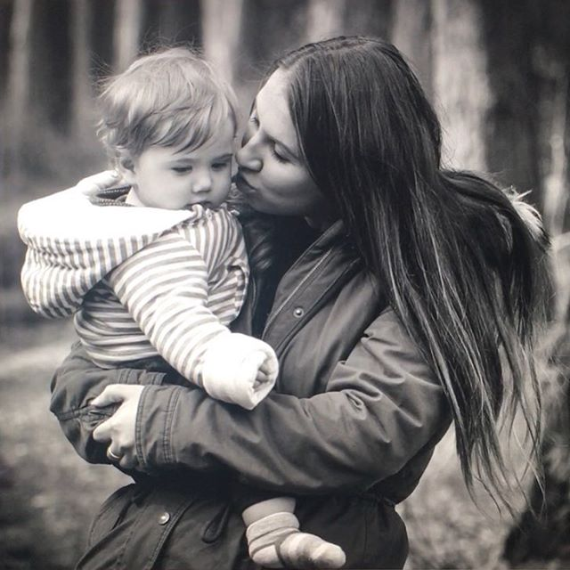 There is nothing like the love between a mother and her son ❤️ #familyphotography #pictura.photography #derbyshirephotographer #chesterfieldphotographer #mothersonlove #woodlandwalk #springtime #backandwhitephotography #mummysboy💙