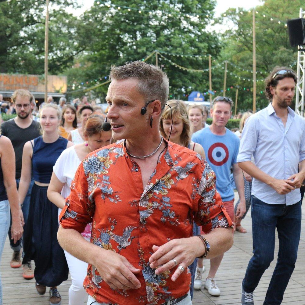 Wim Boussery - Wim volgde les bij verschillende leraren, zowel in binnen- als in buitenland en doceert al meer dan 25 jaar fulltime met passie deze Cubaanse koppeldans...