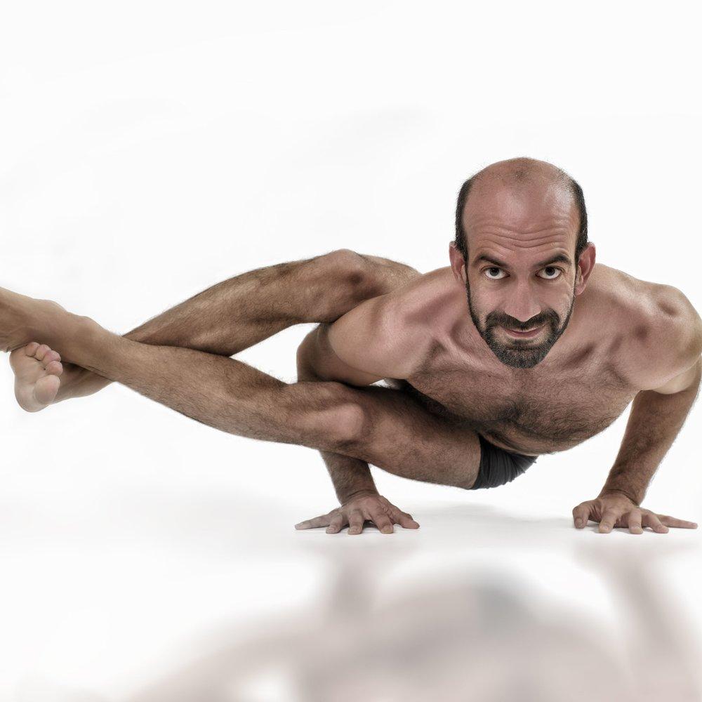 Emre - Na intensieve trainingen in zowel Vinyasa als Pilates, besefte Emre dat Ashtanga Yoga de meest geschikte yogastijl voor hem was. Emre gelooft dat de inzet voor zowel de fysieke als de spirituele dimensies …