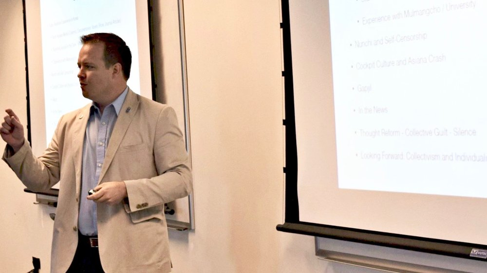 국방대학교에서 발표 한 마이클 람브라우 교수.
