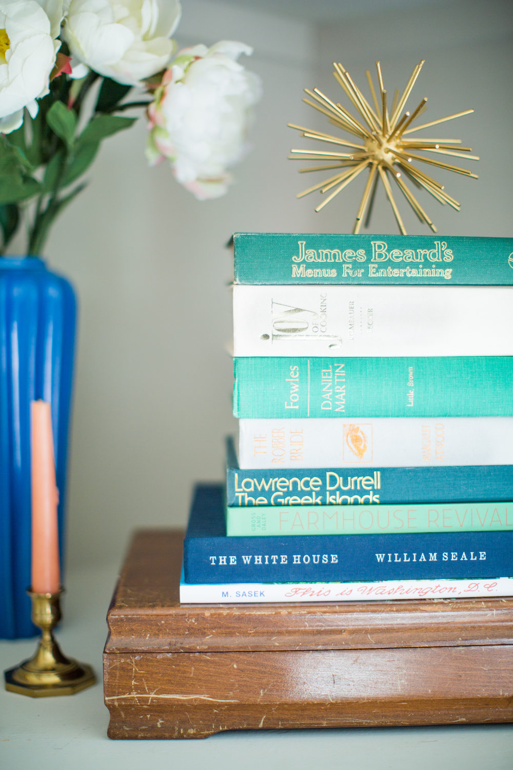 Table styling | Bookshelf inspiration | Blue home decor | The School of Styling - theschoolofstyling.com