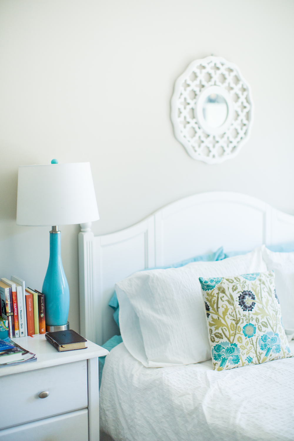 White bedspread inspiration | Relaxing bedroom style | Southern home tour | The School of Styling - theschoolofstyling.com