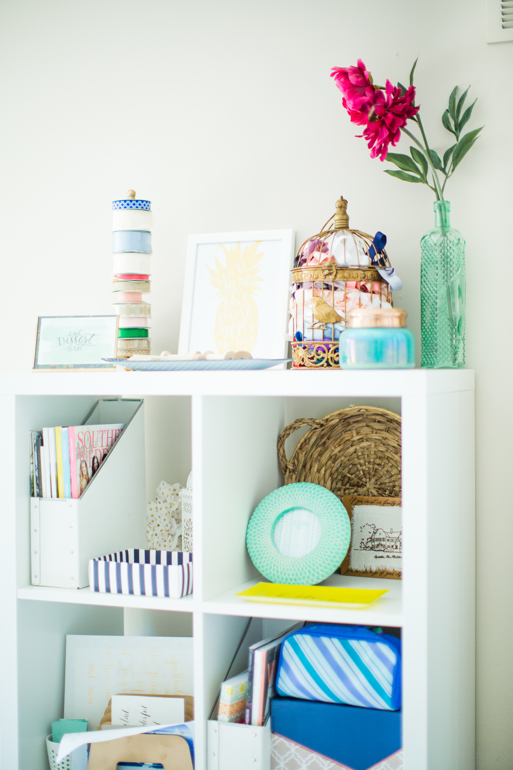 Shelf design ideas | Southern home tour | White and blue decor | The School of Styling - theschoolofstyling.com
