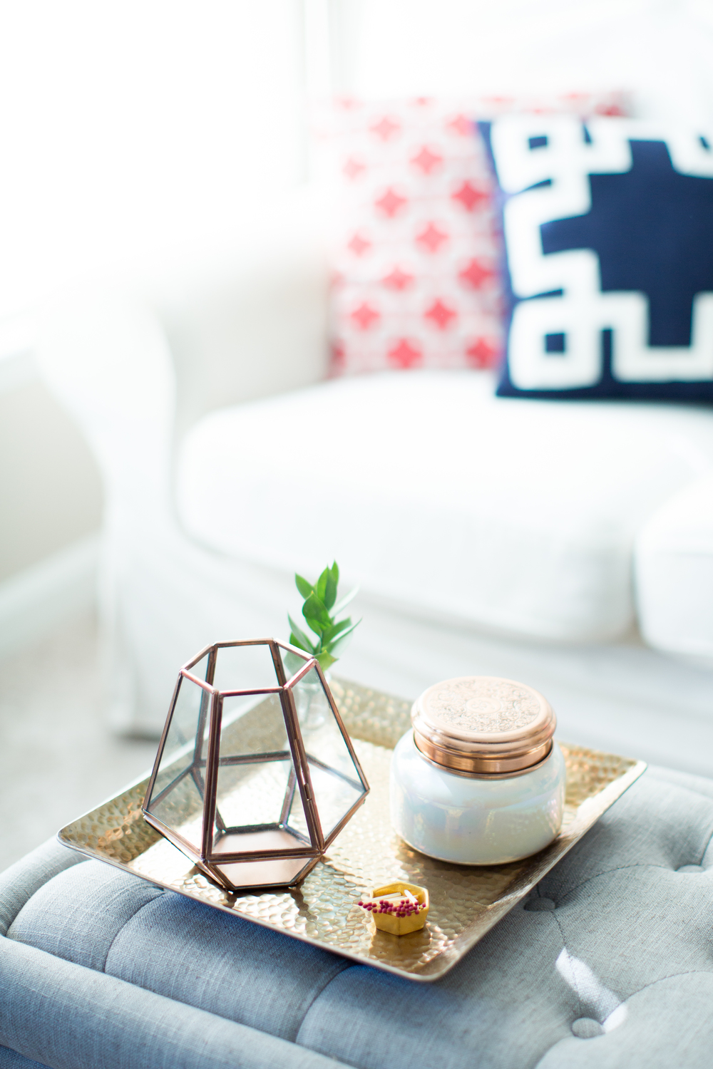 Coffe table styling | Minimalist house design | Southern home tour | The School of Styling - theschoolofstyling.com