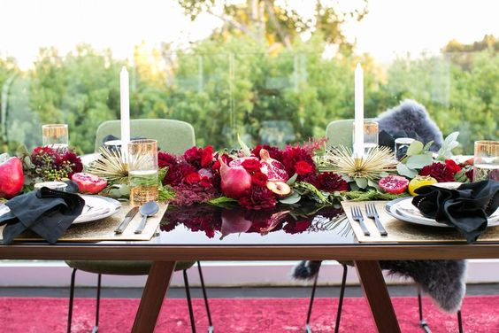 Floral table arrangement inspiration | Dinner party inspiration | Tropical tablescape | The School of Styling - http://www.theschoolofstyling.com
