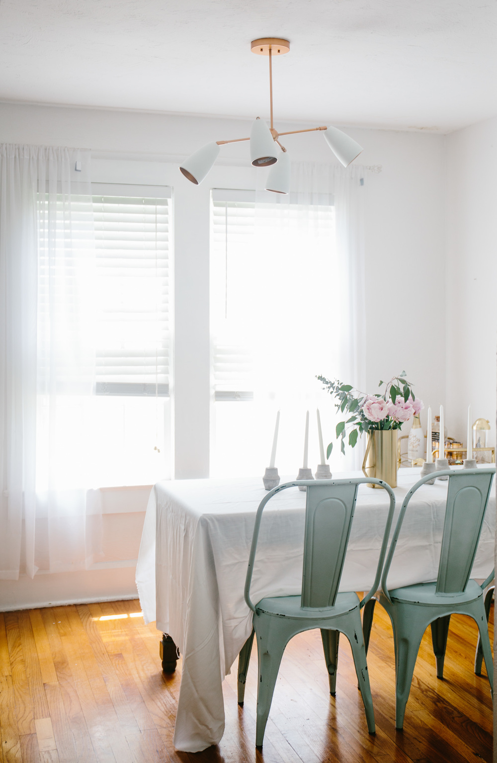 Dining room inspiration | Florida bungalow styling | Shannon Kirsten Home Tour | The School of Styling - http://www.theschoolofstyling.com