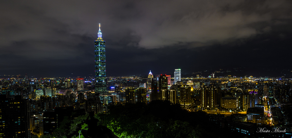 The beautiful city of Taipei in the evening from Elephant Mountain