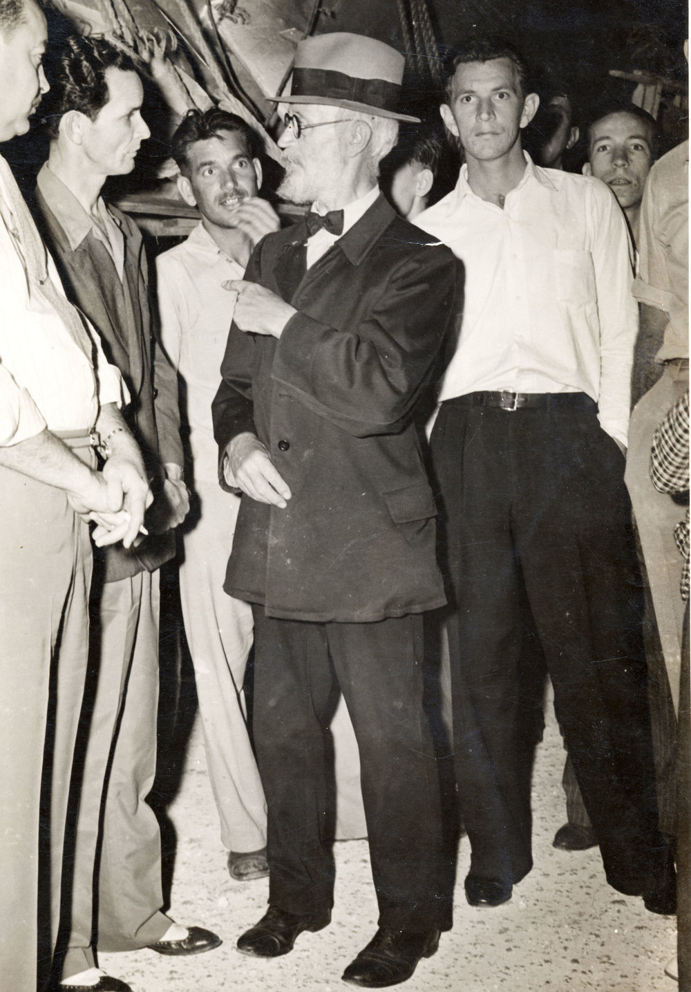 Von_Cosel,_Carl_Tanzler,_talking_to_Earl_Adams_and,_Bennie_Sawyers_on_the_left_in_1940._Photo_Gift_Clarke_Means.jpg