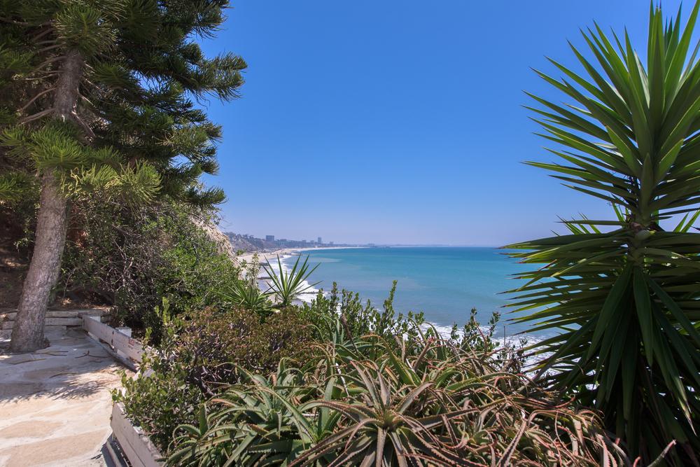 PALISADES BEACH HOUSE | PEEK-A-BOO OCEAN VIEWS
