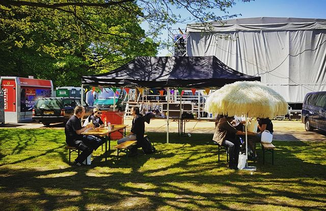 Backstage chillings @bevrijdingsfestivalzh #5mei #bfzh #rotterdam #010istof #performers #stage #backstage #euromast #festival #freedom #peace #love