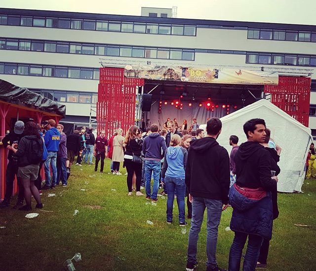Rain or no rain, it's always a party @sv_nova #delft #rain #student #festival #studentenvereniging #nova #38 #beer #bbq #and #music #party #dj #bands #bbqop2018 #podium #standup69 #standup69band