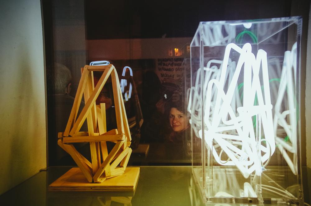 Coupe à l'extérieur regardant oeuvres de  Renaud Bargues, Galerie Marie Robin © Rubens Ben (68).jpg