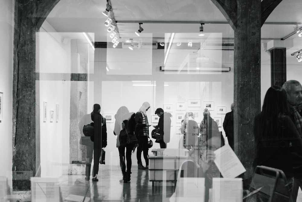 Visiteurs à l agalerie Christian Berst ©gaelle matata.jpg