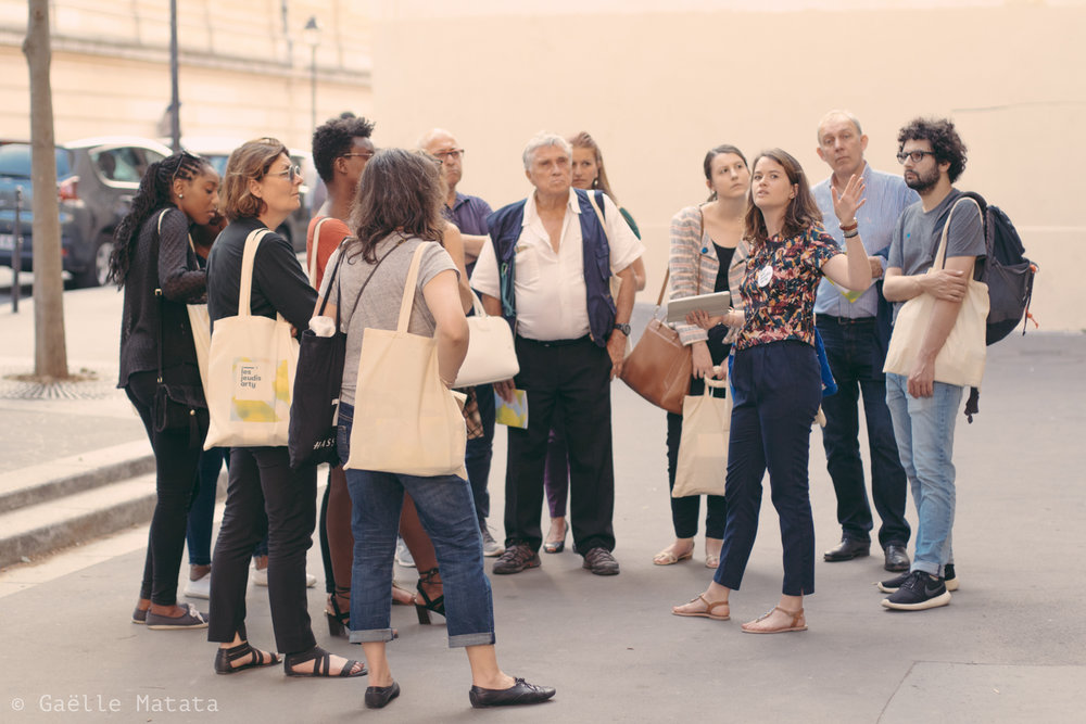 Nos médiatrices - Diplômée d'histoire de l'art, guides-confériencières et expertes en médiation, elles accompagnent le public dans les visites guidées et délivrent un contenu précieux sur les artistes et les oeuvres présentés.