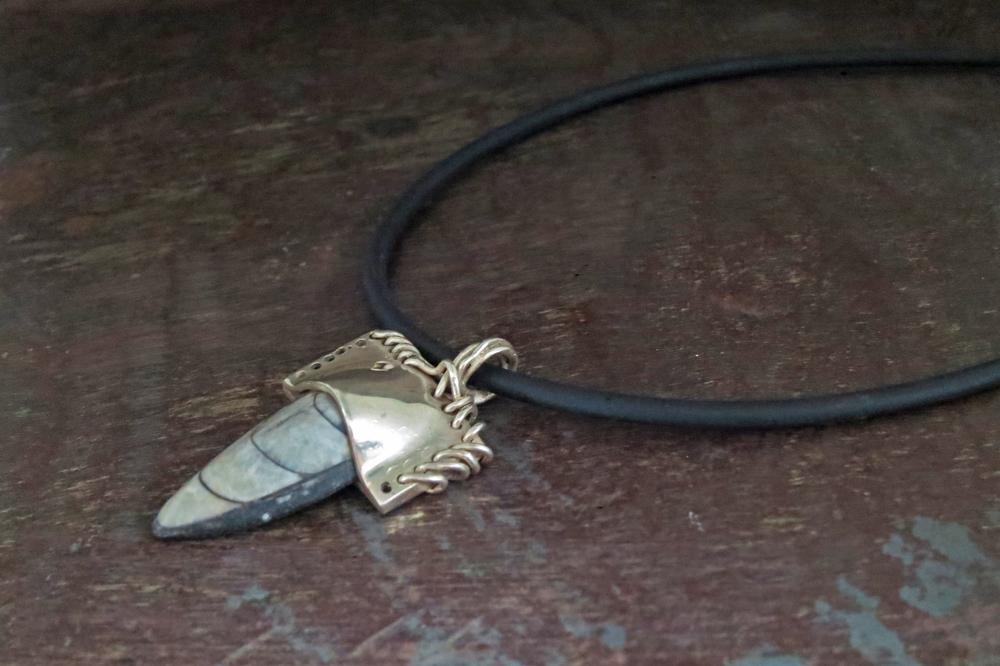Fossil pendant & rubber cord