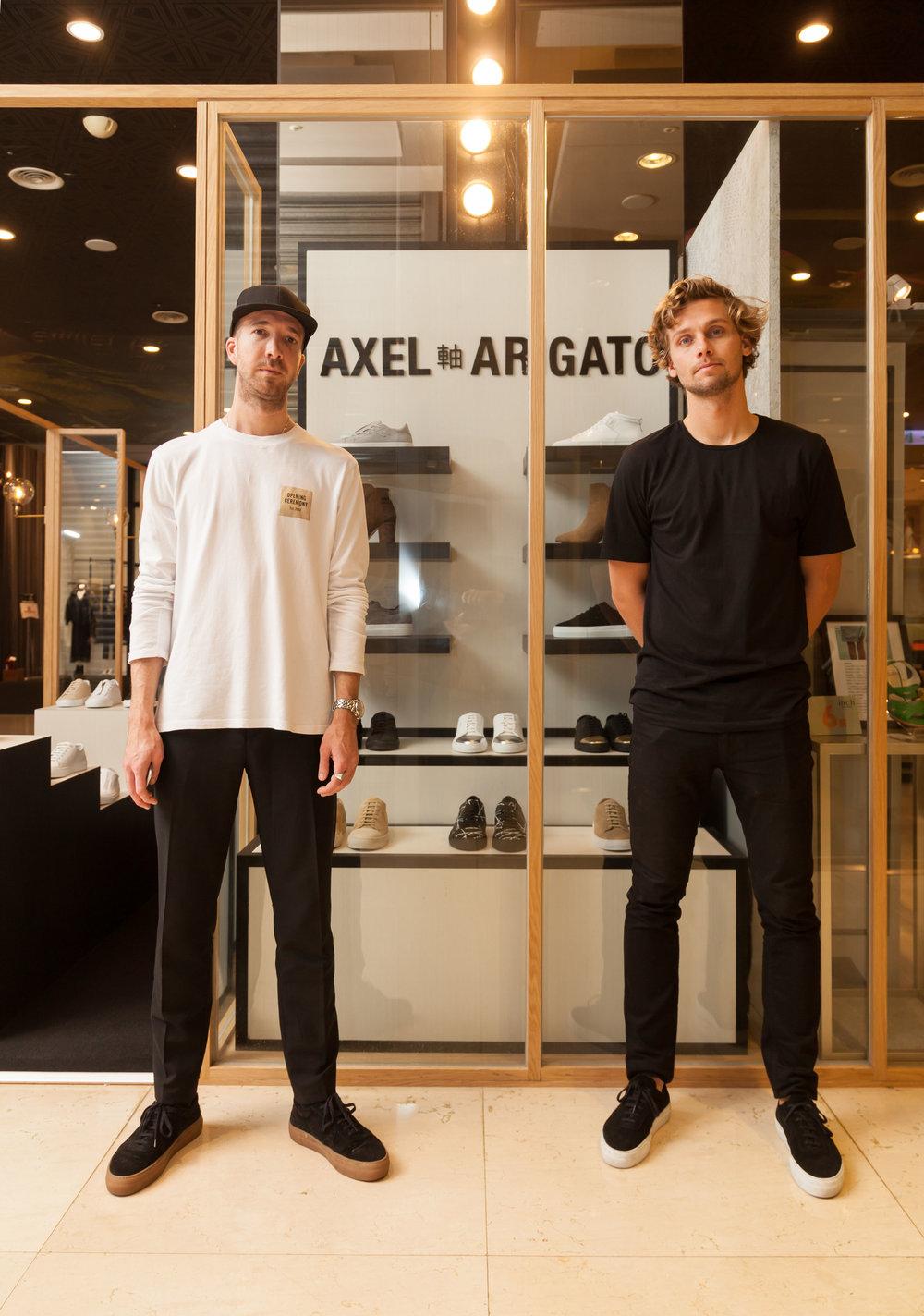 瑞典新興潮流鞋履品牌AXEL ARIGATO_創辦人(左)Max Svärdh(右)創辦人Albin Johansson_於台北快閃店上合影1.jpg