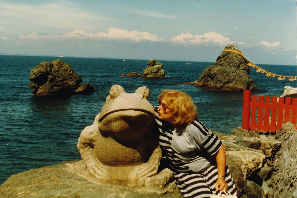 BLS kissing frog in Toba, Japan+WEB.jpg