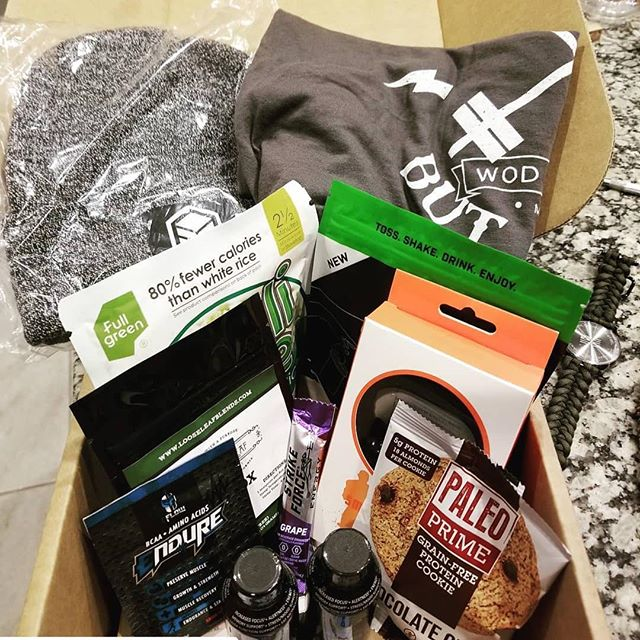Have you checked out @thefitboxx ?? The January box has some awesome gear, snacks and supps. You can't beat the value and the enjoyment of getting this surprise every month 🏋🏻‍♀️💪🏼🍪