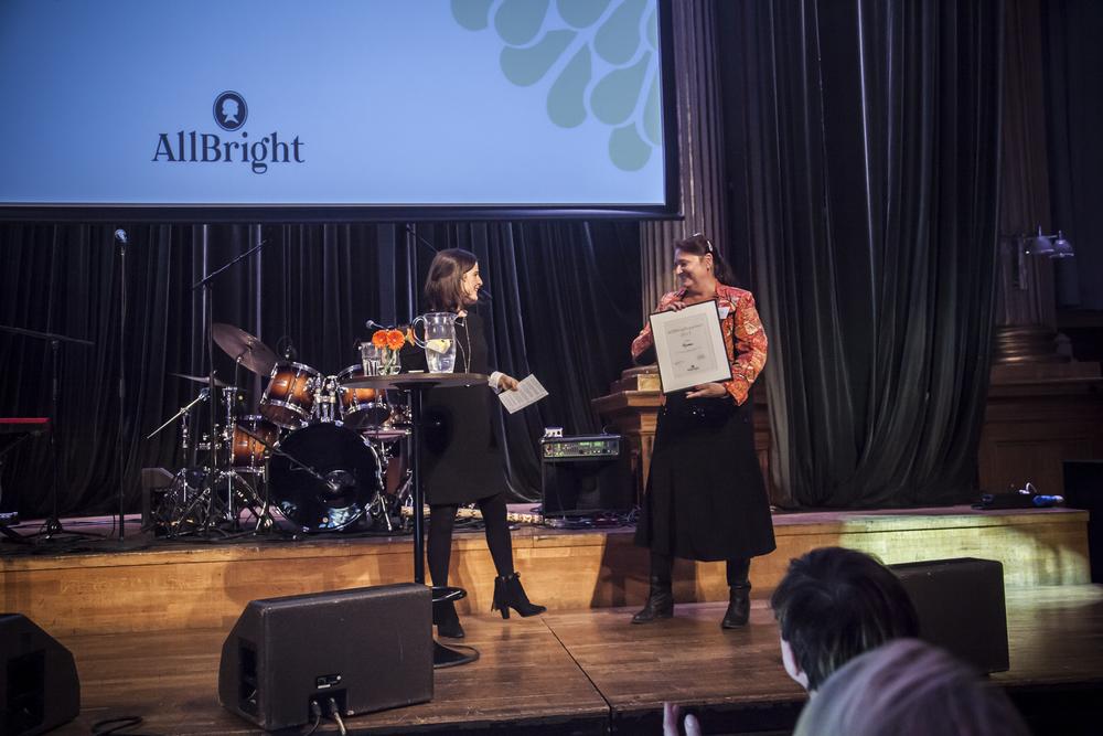 Michaëla Blomquist, styrelseordförande allbright,delar ut allbrightpriset till mycronics vd lena olving