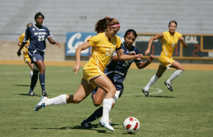 Alex Morgan controls the ball in a match versus UC Davis during her college days. (photo via the Daily Cal)