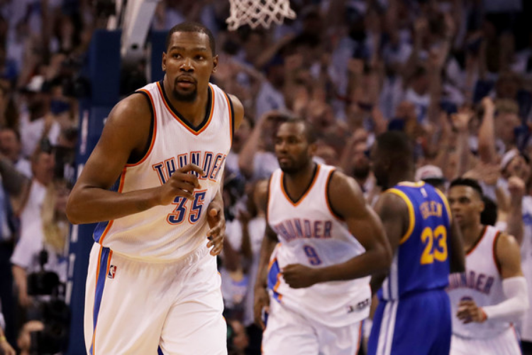 Kevin Durant had 33 points on Sunday night. (photo by Ronald Martinez)