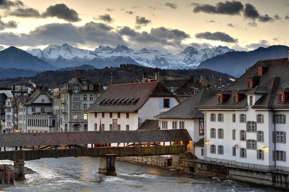 De Kapellbrücke over de Reuss werd al meerdere keren in haar originele vorm geconstrueerd na vele branden.
