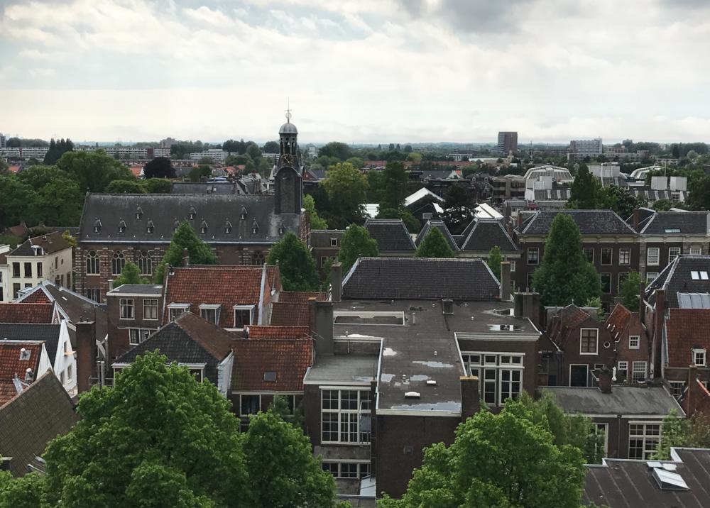 Fenomenaal uitzicht over de stad vanop de Pieterskerk (je moet er wel 117 treden voor over hebben).