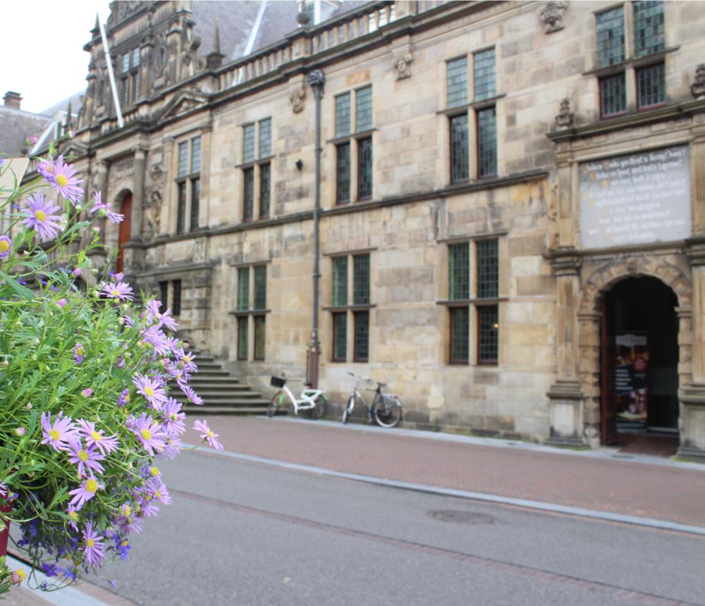 Het stadhuis van Leiden. Nogal een imposant gebouw.