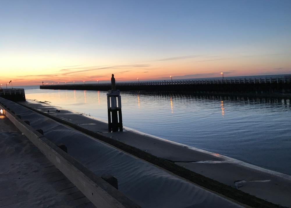De haven van Nieuwpoort bij zonsondergang.