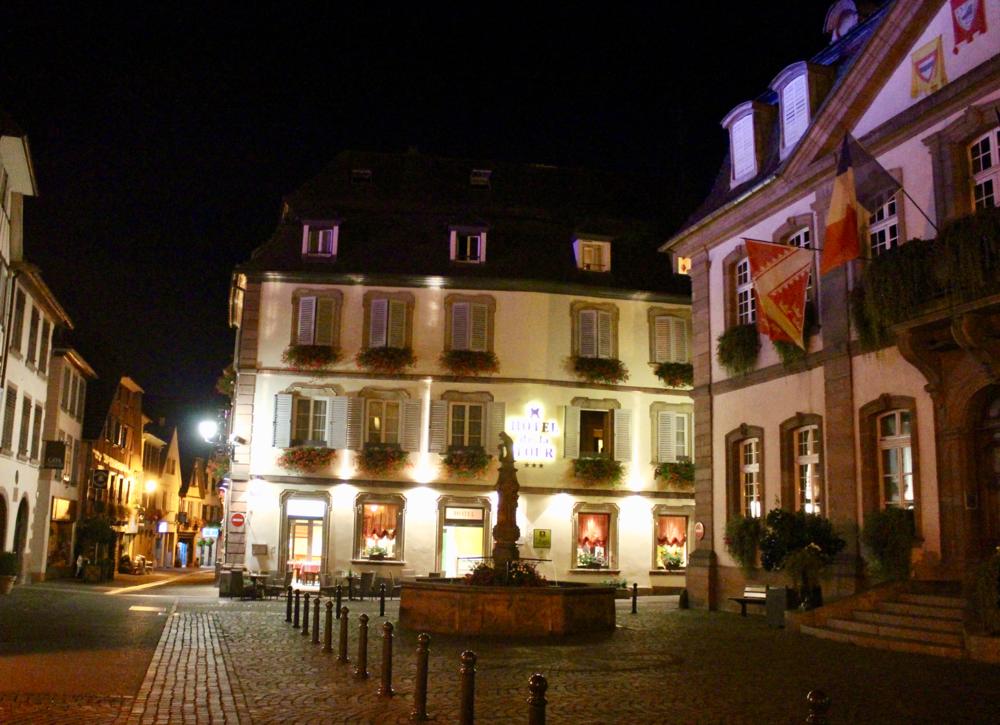 Hotel de la Tour, op het hoofdplein van Ribeauvillé, gelegen tussen winkels en restaurants met parkeerplaats voor de deur.