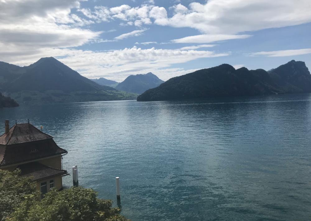 Foto getrokken vanuit onze kamer met zicht op de bootstop van Vitznau.