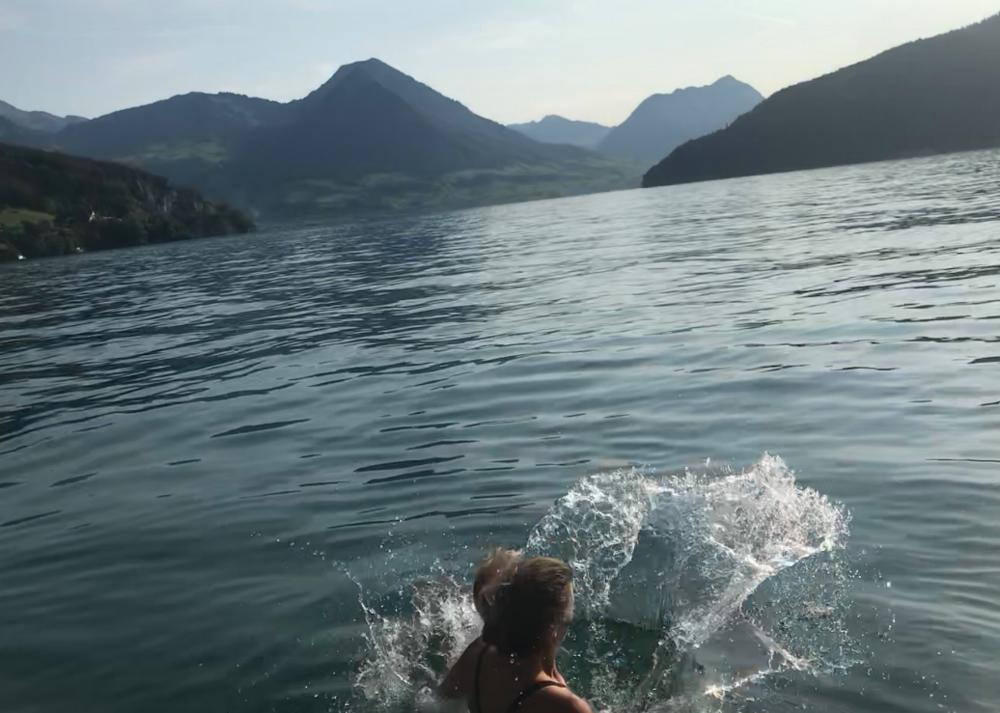 Na een dag wandelen in de bergen is zwemmen in het meer een zaligheid! Aan het hotel is er een 'meertrapje'.