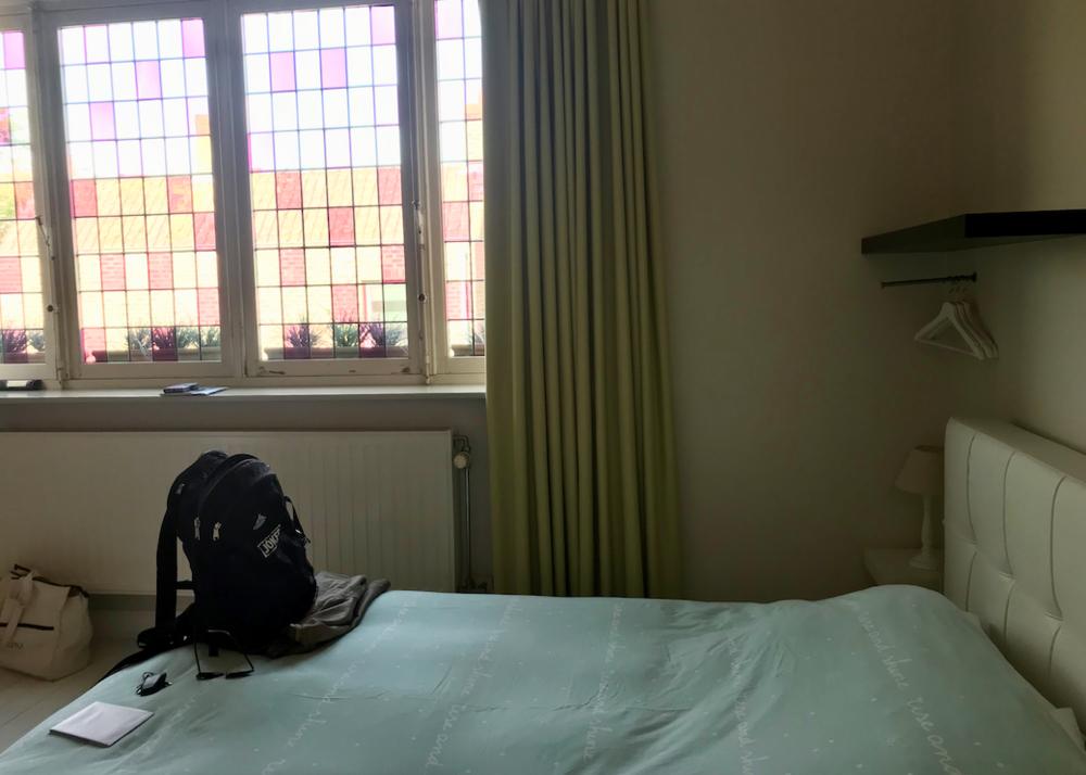 Onze kamer met dubbel- en enkelbed, douche en toilet.