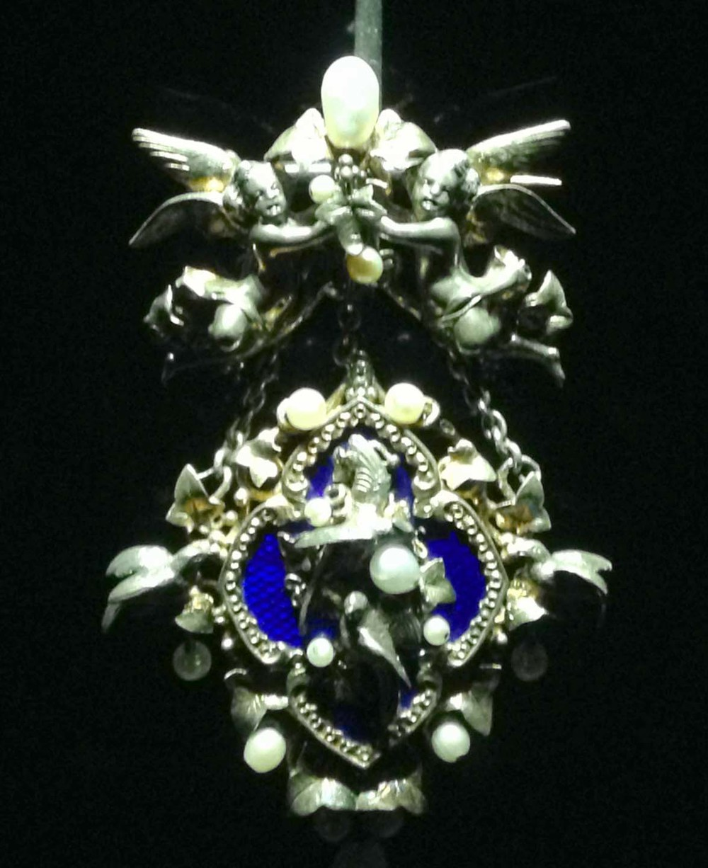 Angel pendant with pearls