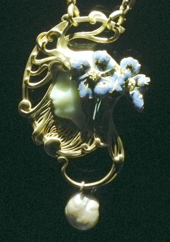 Art nouveau cameo wit pearls