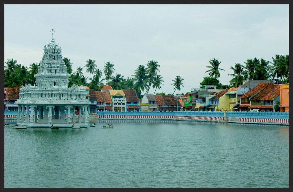 Kanniyakumari District, Suchindram Temple on Lake, Tamil Nadu State, colorful houses and shops surround