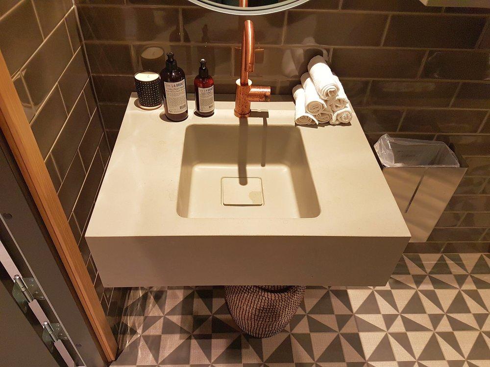 Vannitoa tasapinnad ja valamud  Meil on võimalik toota vannitoa tasapindasid paksusega 10-200 mm . Maksimaalne detaili pikkus sõltub konkreetsest projektist, kuid võib ulatuda üle 4 meetri. Meil on valmis erinevaid valamu vorme, mida kasutada valamute tootmiseks. Tabeli olemasolevate valamu vormide mõõtudega leiate  siit!
