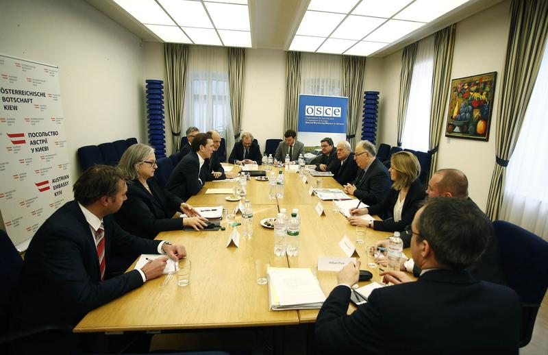Briefing mit Botschafter Sajdik und Botschafter Ertugrul Apakan. Bild: Dragan Tatic