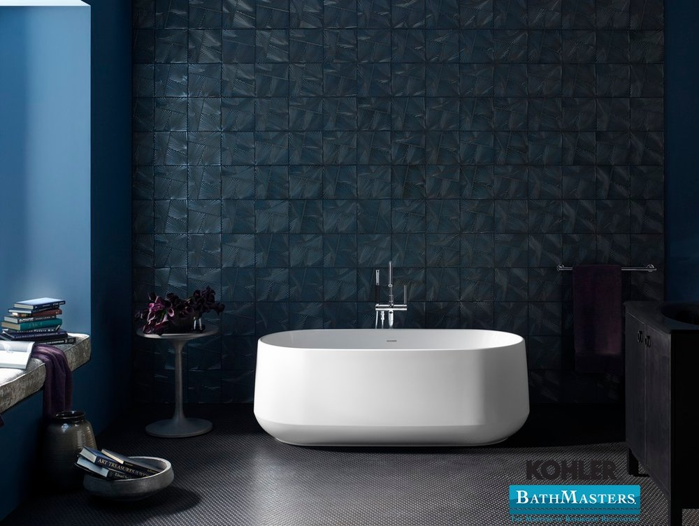 kohler bath tub with textured wall tile