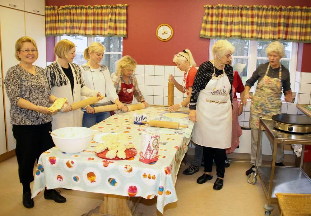 Damene er i full gang med bakingen