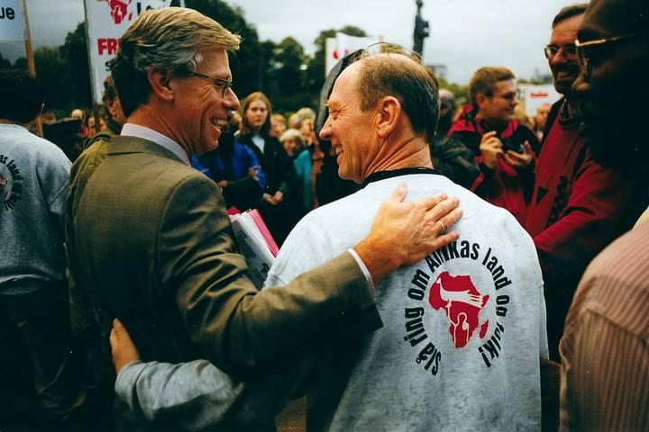 Utenriksminister Knut Vollebæk tok imot marsjen og underskriftene foran utenriksdepartementet.