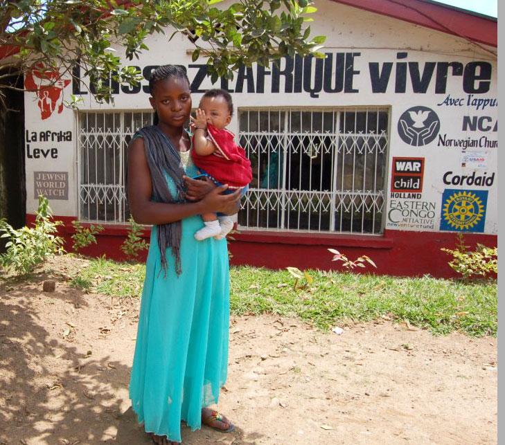 Med babyen på armen. Å få barn under disse omstendighetene er svært vanskelig! Påsenteret får mødrene    omsorg, trygghet og utdanning.