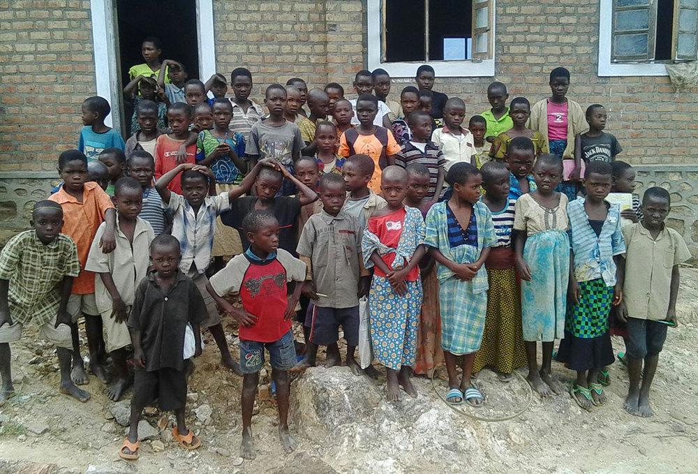 Barna poserer foran den nye skolen sin!