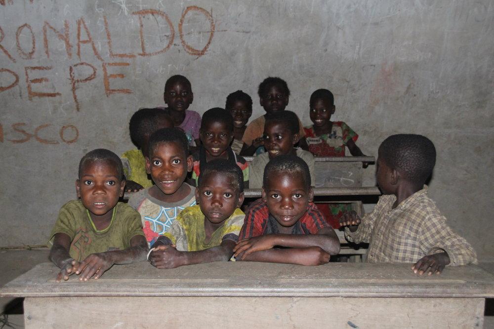 Barn av bantuer og urfolket ved skolebenken.Urbefolkningen er de vi tidligere kjenner som pygméer. Det er nå vedtatt en lov i Kongo som har som hensikt å ta vare på urbefolkningens rettigheter. Den sier at det ikke er lov å bruke ordet pygméog dette vil vi respektere.