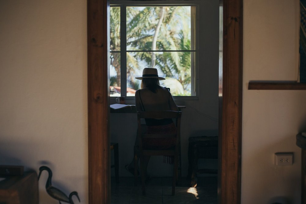 (header image and) Amanda at her desk while traveling by @visualritual